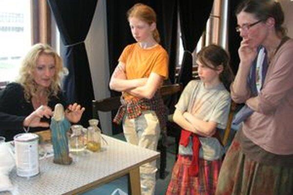 Na minuloročnej Noci múzeí a galérií sa návštevníkom v Ponitriankom múzeu venovala aj reštaurátorka Lívia Šumichrastová.