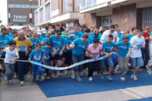 Štart Tesco Behu pre život v Nitre bol o 11. hodine. Účastníci sa rozbehli smerom na pešiu zónu.