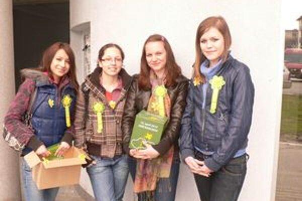 Zbierať peniaze pomáhali aj študentky Gymnázia Juraja Fándlyho.