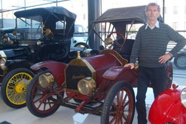 Ján Horňák so svojím najstarším autom Hupmobile 20 z roku 1909.
