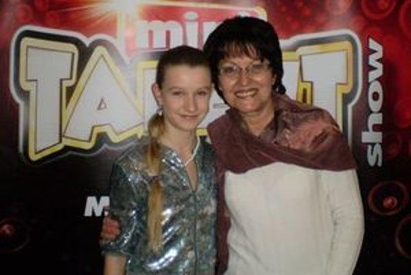Talentovaná žiačka Zuzka Šabíková so svojou učiteľkou Máriou Hroncovou.