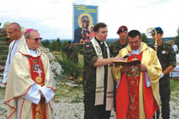 Obeťami tragédie sú významné osobnosti. V lietadle bol aj poľský vojenský biskup (vpravo) so svojím tajomníkom. Na snímke vľavo je slovenský ordinár František Rábek.