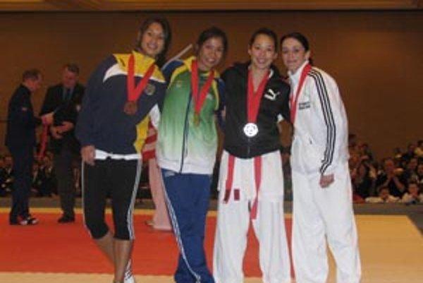 Zľava Francúzka, Brazílčanka, strieborná Američanka a víťazná Monika Višňovskáz ŠK Kachi Nitra.