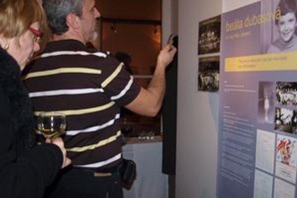 V Synagóge otvorili výstavu Speváci v školských laviciach. Na snímke panel Beáty Dubasovej.