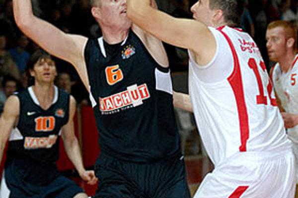 Nitran Branislav Tomek s loptou proti Znancovi, vzadu Seman a Rendla.