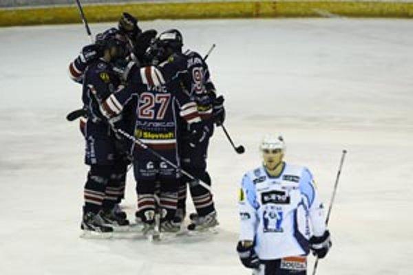 Hráči Slovana (vľavo) sa tešia z víťazstva nad Nitrou 2:1 v hokejovom súboji 50. kola hokejovej Slovnaft extraligy medzi. Na fotke dole kapitán HC K Cero Andrej Kmeč.