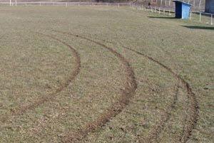 Poškodený trávnik na ihrisku v Hosťovciach.