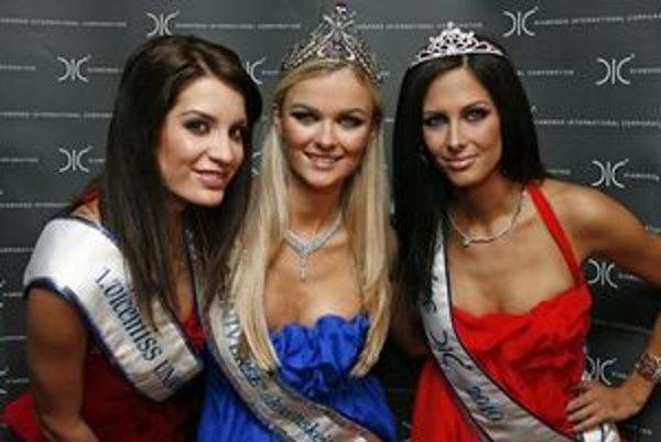 Víťazky slovenského finále Miss Universe 2010 - zľava Timea Szabóová, Anna Amenová a Hana Kiková.