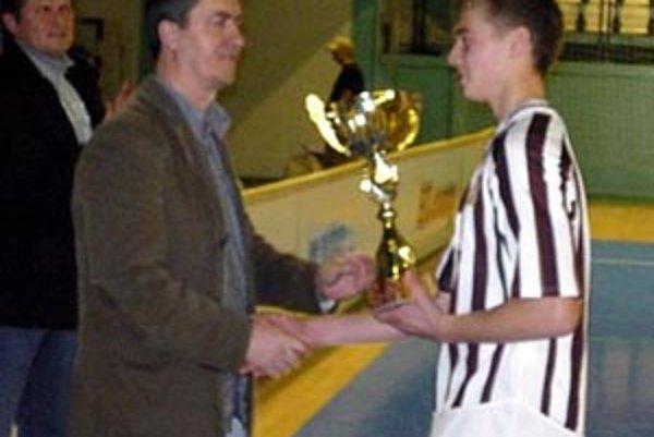 Pavol Šlosár z PP Investu odovzdal víťaznú trofej kapitánovi ČFK Igorovi Lieskovskému.