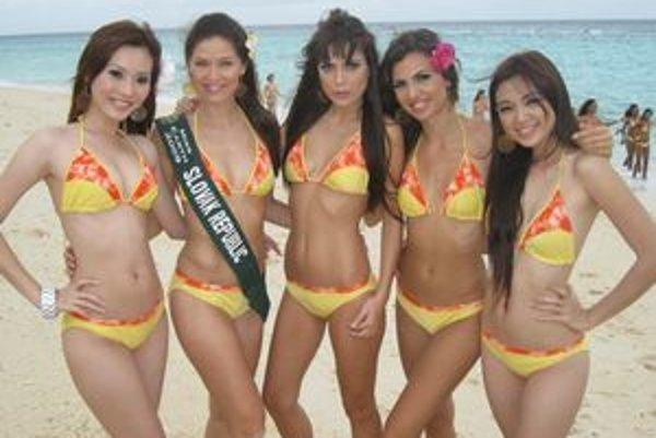 Lea Šindlerová (druhá zľava) na pláži Boracay, kde nakrúcali video na finále.