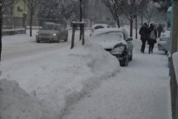 Na cestách druhej a tretej triedy je do sedem centimetrov čerstvo napadnutého, kašovitého, miestami utlačeného snehu.