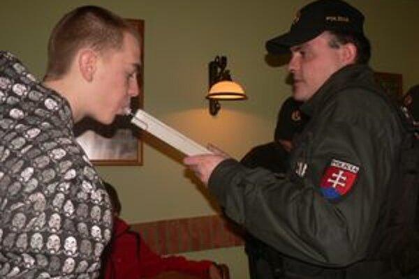 Polícia chce zabrániť mladým popíjať pred diskotékou.