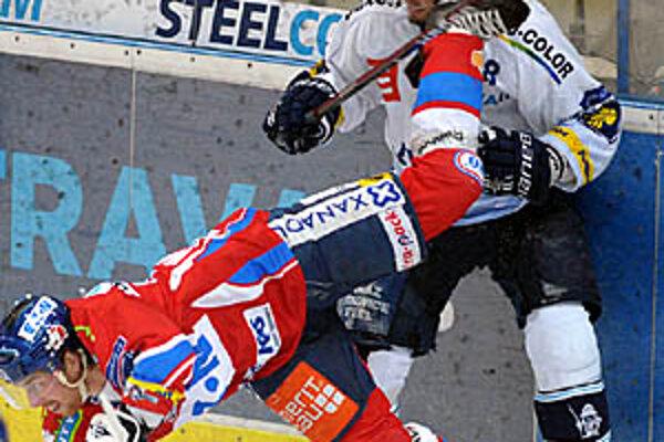 Nešťastný moment - korčuľa Kanaďana MacKenzieho takto zranila Juraja Štefanku.