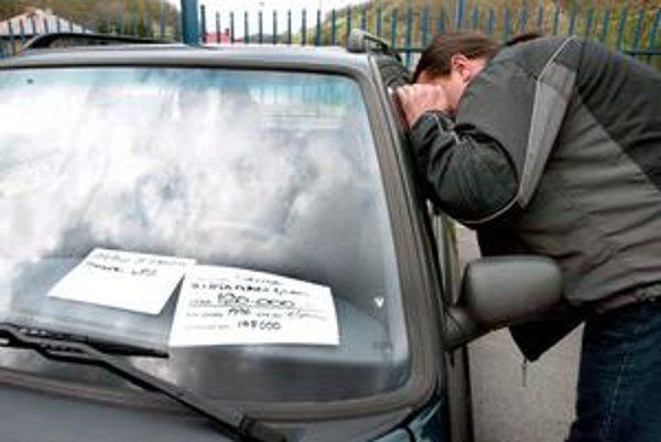 V minulom roku zaznamenali menší záujem kupujúcich aj predajcovia ojazdených automobilov.
