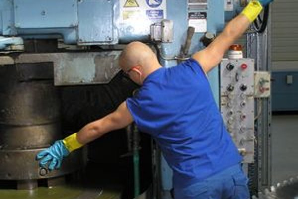 Robotník v priemyselnom parku vo Vrábľoch. Po kríze sa priemysel v meste začína zotavovať.