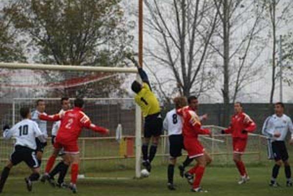 Futbalisti Imeľu (v tmavom)v nedeľu nedohrali zápas v Šuranoch.