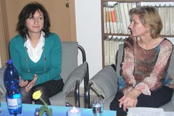 Gabrielu Molnárovú (vľavo) predstavila pracovníčka knižnice Helena Brezovská.