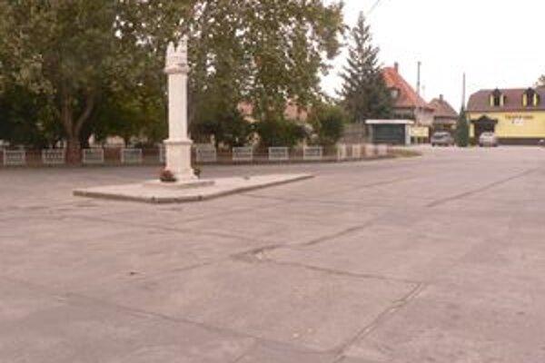 Starosta plánoval položiť namiesto asfaltového koberca na námestí zámkovú dlažbu. Novoupravený priestor by dotvoril zeleňou. Projekt mu zatiaľ neprešiel.