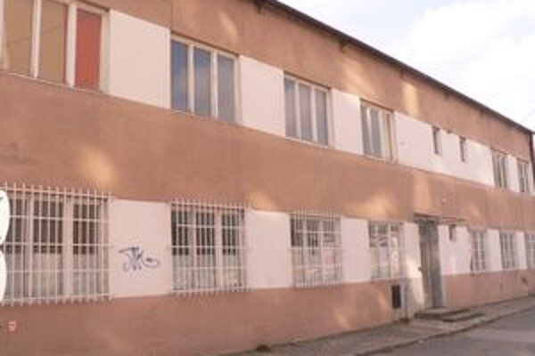 Budova na Partizánskej by mala slúžiť ako útulok pre bezdomovcov.