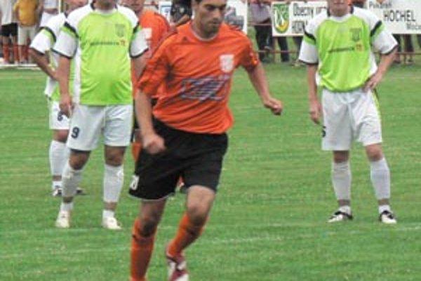 Horná Kráľová zdolala Šahy 3:2. Z penalty strelil druhý gól Miro Pilo.