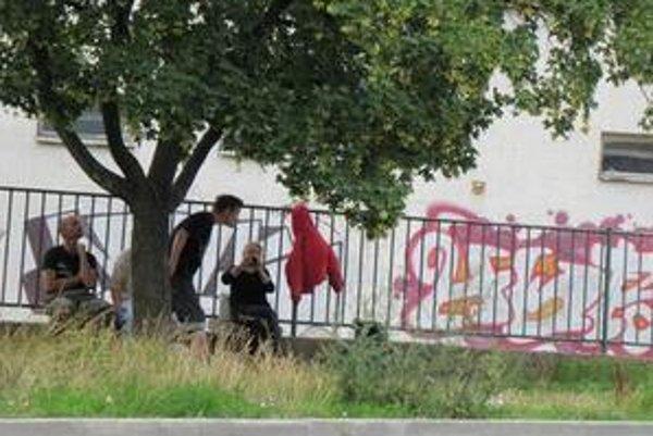 Šalianski bezdomovci sa cez deň najčastejšie zdržujú pred obchodným domom v centre mesta.