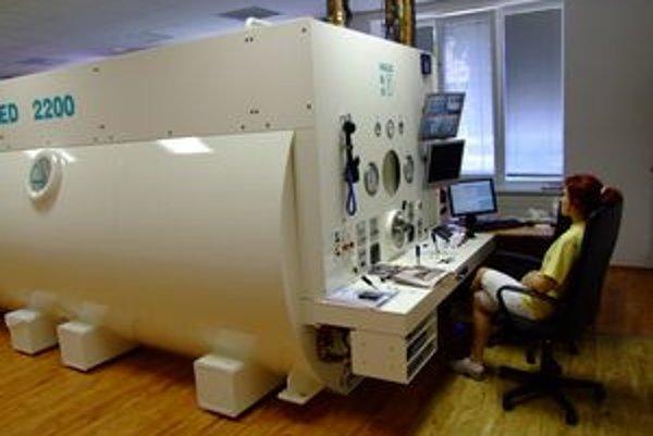 Hyperbarická komora v Nových Zámkoch je unikátnym liečebným prístrojom.