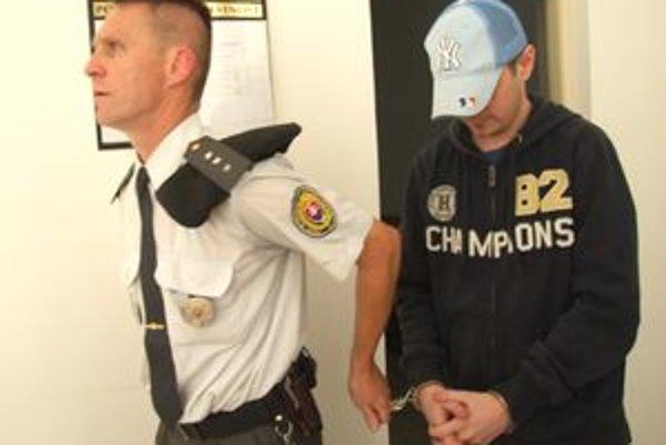 Hľadaný Marián Ištokovič prišiel vo štvrtok na súd údajne rovno zo Španielska. Odviedli ho v putách. Sudkyňa rozhodla, že pôjde do vyšetrovacej väzby.