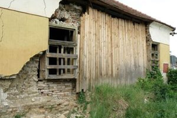 Budova starej fary je skutočne v dezolátnom stave.