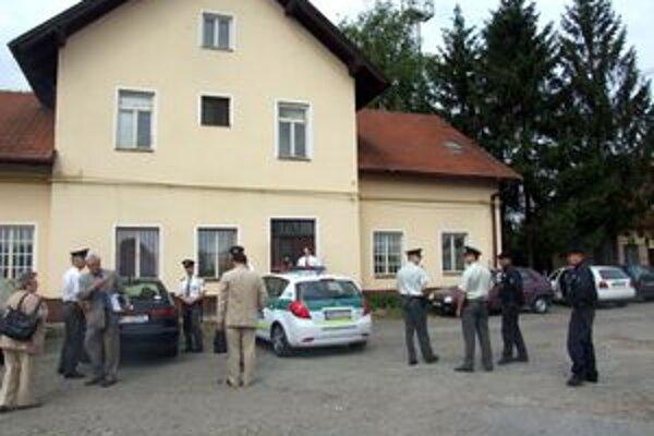 Vyšetrovací pokus robili na železničnej stanici v Lužiankach len čiastočne. Svedok, ktorý tvrdí, že bol obeťou sexuálneho násilia, neprišiel. Nabudúce ho predvedú.