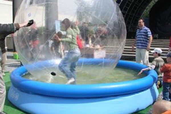 Waterball v Nitre dovolil ľuďom trocha nazrieť do života autistov. Prostriedkom im k tomu bola aj 2,5 metra veľká nafukovacia lopta, v ktorej balansovali na vodnej hladine.
