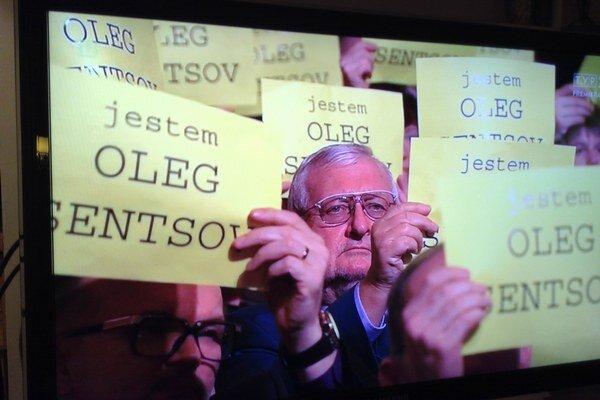 Ukrajinského režiséra Olega Sentsova súdia v Rusku za údajné teroristické činy. Poľskí filmári sa ho pri vyhlasovaní svojich národných cien zastali sloganom Ja som Oleg Sentsov.