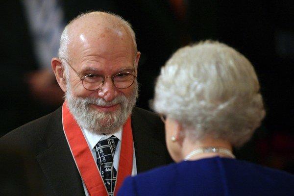Oliver Sacks pochádzal z Londýna a tam aj dostalod kráľovnej čestné vyznamenanie.