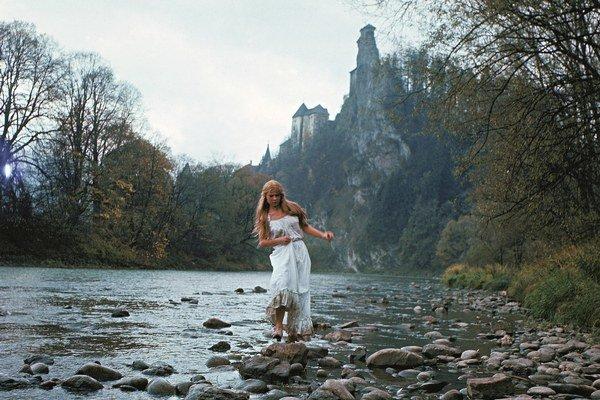 Záber na Oravský hrad v rozprávke Kráľ drozdia brada (1984) režiséra Miloslava Luthera. Na snímke herečka Adriana Tarábková.