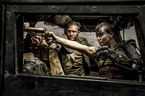 Mad Max pokračuje a zároveň začína novú éru. Mel Gibson už nehrá hlavnú úlohu, nahradil ho Tom Hardy. Akčné súboje predvádza s Charlize Theronovou.