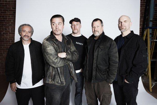 Lídrom skupiny Faith No More je charizmatický spevák Mike Patton (druhý zľava). V poslednom čase sa venoval tvorbe soundtrackov.