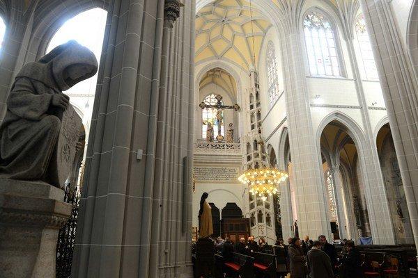 Kráľovskú emporu na južnom krídle (vzadu za krížom) vybudovali podľa vzoru pražskej katedrály. Vedie k nej unikátne dvojité točité schodisko z 15. storočia. Schody sa na každom poschodí zbiehajú, vďaka čomu ich volajú aj schodmi lásky. Práve na nej sa moh