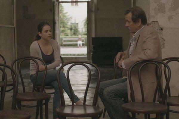 Scéna zo seriálu Tajné životy. Na snímke Gabriela Marcinková a Vlado Jedľovský.