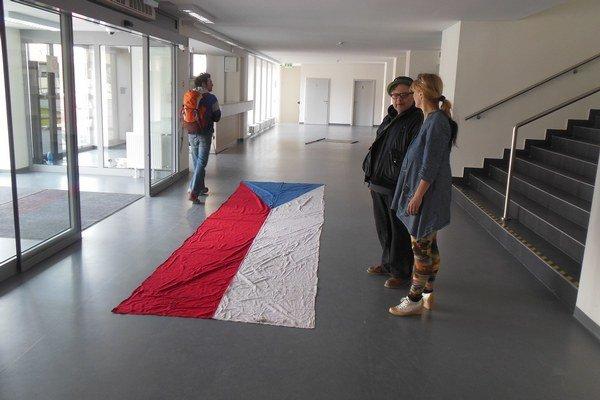 Stúpiť alebo nestúpiť? Dalibor Bača položil do vchodu košickej Kunsthalle symbol štátnosti a čakal, ako návštevníci zareagujú. Bolo z toho jedno z najdiskutovanejších diel minulej sezóny.