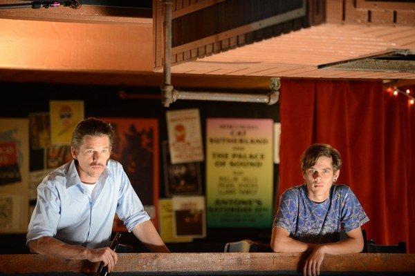 Ethan Hawke (vľavo) a Eller Coltrane vo filme Chlapčenstvo.