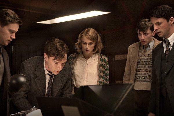 Morten Tyldum získal pozornosť  filmom Kamoši z roku 2003. Do filmu Kód Enigmy už mohol obsadiť hviezdy Benedicta Cumberbatcha (druhý zľava) a Keiru Knightley.