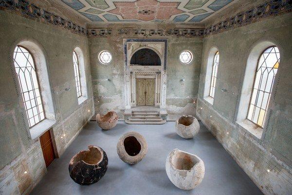 Výstava Depozit frontovej línie v šamorínskej At Home Gallery, ktorá sídli v synagóge.