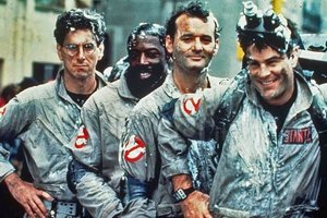Boli štyria ako traja mušketieri. Zľava herci Harold Ramis, Ernie Hudson, Bill Murray a Dan Aykroyd.