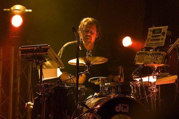 Hviezda progresívneho rocku Pat Mastelotto ide na turné s mladým slovenským gitaristom Davidom Kollarom.