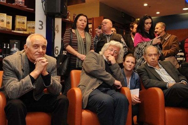 Festival ponúkne niekoľko spisovateľských hviezd: medzi nimi aj Pavla Vilikovského (na snímke s Péterom Esterházym a Paulom Lendvaiom).