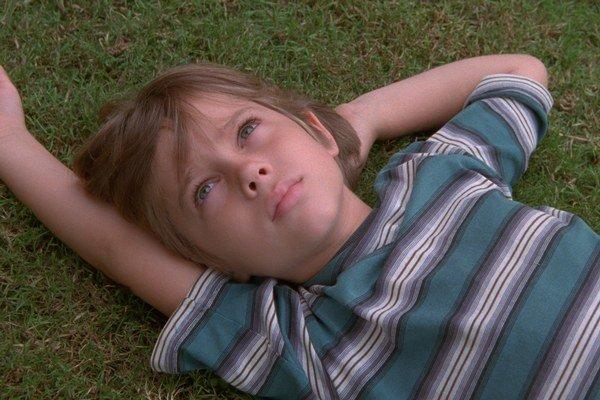 Výnimočný film s Ellarom Coltraneom v hlavnej úlohe nakrúcal americký režisér Richard Linklater dvanásť rokov. V úlohe otca vystupuje Ethan Hawke, v úlohe mamy Patricia Arquette a v úlohe staršej sestry režisérova dcéra Lorelei.