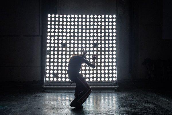 Festivaloví diváci uvidia aj predstavenie W memorabilia gréckeho súboru RootlessRoot Company. Spoluautorom konceptu a choreografie je Jozef Fruček.