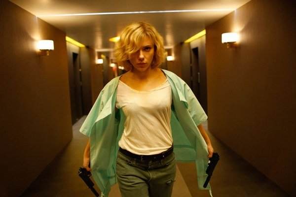 Luc Besson nakrúcal Lucy najmä v nových filmových štúdiách pri Paríži, ktoré postavil s veľkou finančnou podporu štátu. Ročne by v nich chcel vyprodukovať aspoň desať filmov, ktoré by vládli americkým rebríčkom. V tomto hrá hlavnú úlohu Scarlett J