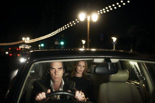 """""""Vždy si vyberiem niekoľkých divákov v prvom rade, na ktorých sa zahľadím a tým ich fascinujem a desím zároveň,"""" vrav Nick Cave pri ceste autom s Kylie Minogue. Film 20–tisíc dní na zemi bude premietať aj v cykle Music and Film v bratislavskom kine Lumier"""