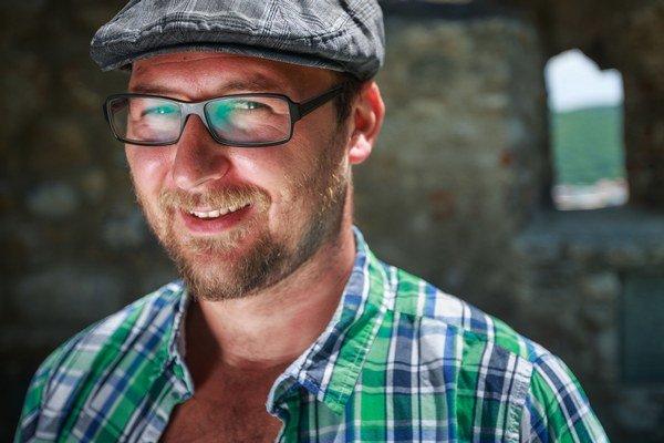 Tomáš Varga (1980)narodil sa v Zlatých Moravciach. Pôsobil ako esbéeskár, robotník, asistent fakíra na Rhodose, animátor, vychovávateľ v družine a asistent v anglickom štátnom starobinci, teraz pracuje ako sociálny pracovník. Vlani mu v Literárn