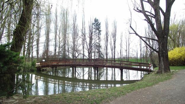 Lávku v parku posúdi statik.